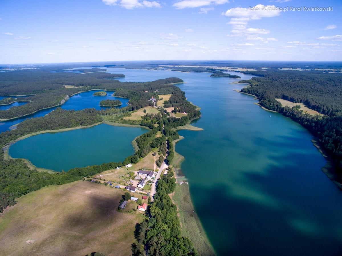 zdjęcie z lotu ptaka jeziora Wigry w miejscowości Gawrych Ruda - Kliknięcie spowoduje wyświetlenie powiększenia zdjęcia