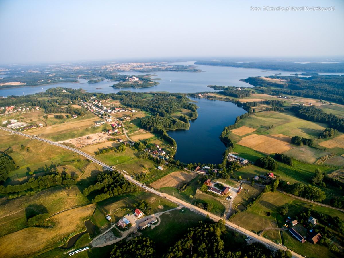 Miejscowość Leszczewek nad jez. Leszczewek, w oddali jez. Wigry - Kliknięcie spowoduje wyświetlenie powiększenia zdjęcia